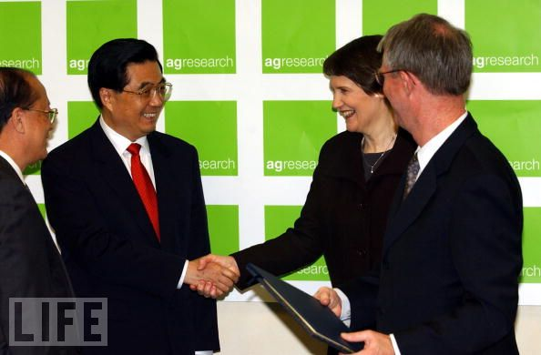 October 26, 2003, Helen Clark shakes hands with Chinese President Hu Jintao after signing two market access protocols between NZ and China at the Ruakura Research Centre